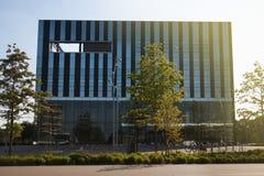 Corby, Vereinigtes Königreich - September, 01, 2018: Windows des Wolkenkratzer-Geschäftslokales, Unternehmensgebäude in Corby Lizenzfreie Stockfotos