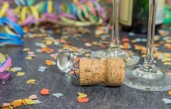 Corcho de Champán con la decoración del carnaval en una pizarra Fotografía de archivo libre de regalías