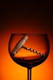 Corcho viejo Screwn en copa de vino Imagen de archivo libre de regalías