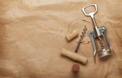 Corcho y sacacorchos con las manchas del vino rojo Fotografía de archivo