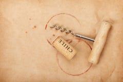 Corcho y sacacorchos con las manchas del vino rojo Fotos de archivo
