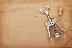 Corcho y sacacorchos con las manchas del vino rojo Imagen de archivo