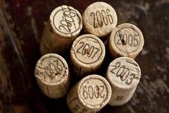 Corchos de la botella de vino rojo de Burdeos Imagenes de archivo