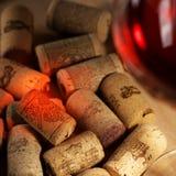 Corchos del vino con reflejo del vino imagenes de archivo
