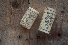 Corchos del vino en fondo de madera, Foto de archivo
