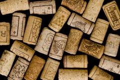 Corchos del vino en fondo negro Foto de archivo libre de regalías