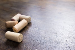 Corchos del vino en la tabla Foto de archivo