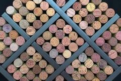Corchos exhibidos en un estante del vino Imagen de archivo