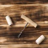 Corchos y sacacorchos en un fondo de madera, aún vida del vino para Imagenes de archivo