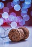 Corck de Champagne sur la table blanche et fond brouillé avec le bokeh photo stock