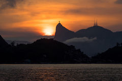 Corcovado山和基督在日落,里约热内卢,巴西的救世主雕象 库存图片