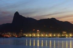 Corcovado Cristo la noche Rio de Janeiro de la puesta del sol del redentor foto de archivo