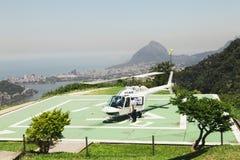 CORCOVADO, RIO DE JANEIRO, BRASILE - NOVEMBRE 2009: Elicottero sopra Fotografie Stock Libere da Diritti