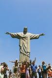 CORCOVADO, RIO DE JANEIRO, BRASILIEN - NOVEMBER 2009: Touristen stan Stockbilder