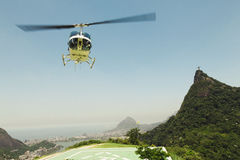 CORCOVADO, RIO DE JANEIRO, BRAZILIË - NOVEMBER 2009: Helikopter Ta Royalty-vrije Stock Foto's
