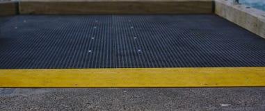 Corcunda amarela da velocidade na terra cinzenta imagem de stock royalty free