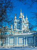 Cordón barroco blanco en las fachadas azules de Rastrelli foto de archivo libre de regalías