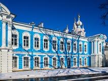 Cordón barroco blanco en las fachadas azules de Rastrelli imagen de archivo libre de regalías