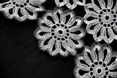Cordón blanco del ganchillo en fondo negro Foto de archivo libre de regalías
