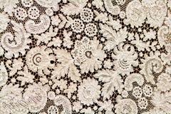 Cordón blanco fino hermoso en un fondo Fotografía de archivo