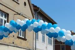 Cordón de globos en la ciudad Foto de archivo libre de regalías