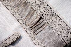 Cordón de lino del ganchillo en una tabla de madera Fotos de archivo libres de regalías