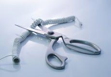Cordón de teléfono que es cortado por las tijeras Fotos de archivo libres de regalías
