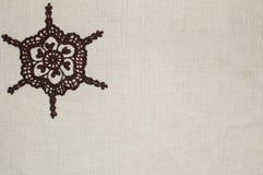 Cordón del ganchillo en el fondo de lino Fotos de archivo libres de regalías