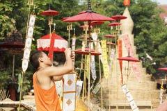Cordón del monje budista las banderas tradicionales en polo. Fotografía de archivo