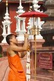 Cordón del monje budista las banderas tradicionales en polo Foto de archivo libre de regalías