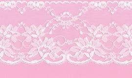 Cordón floral blanco en un fondo rosado Foto de archivo libre de regalías