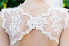 Cordón hermoso en el vestido de la novia fotografía de archivo libre de regalías
