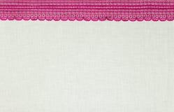 Cordón negro macro bajo el vidrio rosado Imagen de archivo libre de regalías