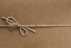 Corda amarrada no papel recicl Imagem de Stock