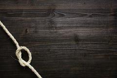 Corda atada na madeira escura Foto de Stock Royalty Free