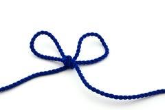 Corda azul amarrada em uma curva, isolada Imagem de Stock