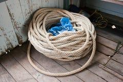 Corda bianca all'angolo di una barca che aspetta per essere usato Fotografia Stock