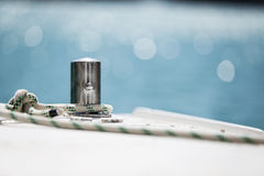Corda bianca di attracco legata intorno all'ancora d'acciaio Fotografia Stock