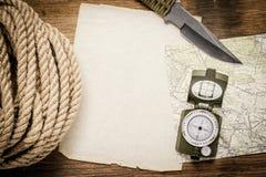 Corda, carta, mappa, bussola e un coltello Fotografia Stock