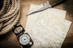 Corda, carta, mappa, bussola e un coltello Immagine Stock