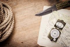 Corda, carta, mappa, bussola e un coltello Immagini Stock