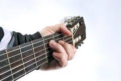 Corda che gioca il primo piano classico della chitarra Fotografie Stock