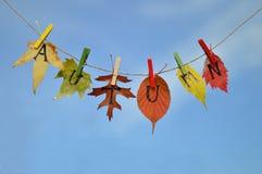 Corda com folhas e soletração das letras: OUTONO Imagem de Stock