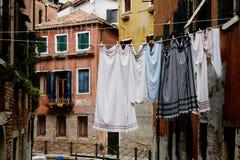 Corda com a lavanderia nas ruas de Veneza bonita, AIE Imagens de Stock