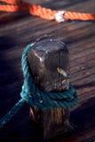 Corda da amarração amarrada à doca Imagens de Stock