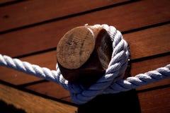 Corda da amarração no barco Imagens de Stock