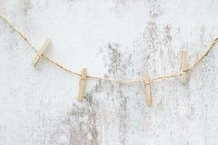 Corda da bucato con la linea sulla parete di lerciume Fotografia Stock