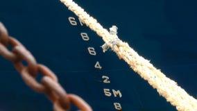 A corda da casca da curva do navio do barco numera a corrente filme