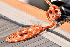 Corda da torção do barco no círculo na doca Imagem de Stock Royalty Free