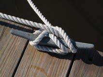 A corda de barco amarra para baixo Imagens de Stock Royalty Free